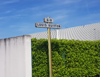 louis-vuitton sign